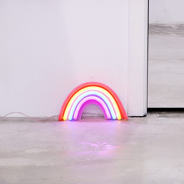 Foto neón arco iris espacios