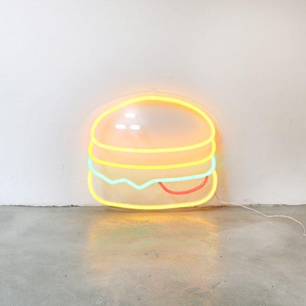 Foto neón hamburguesa espacio
