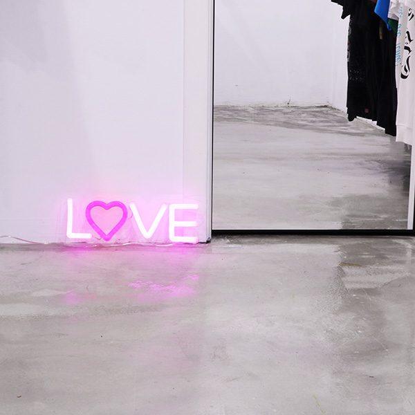 Foto neón love tienda