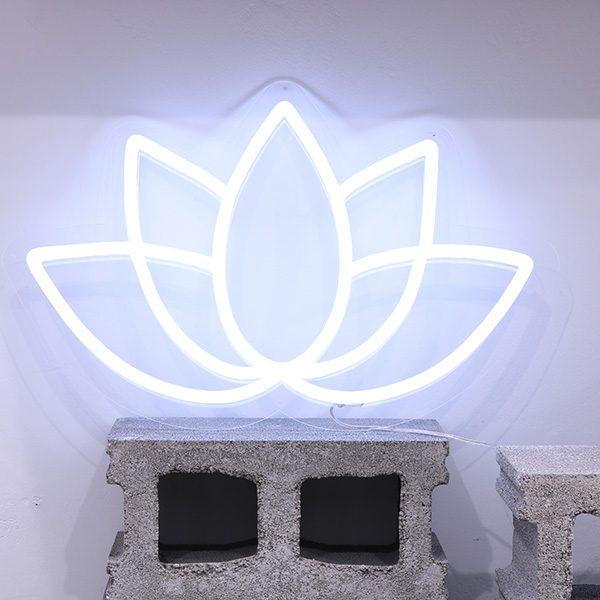 Foto neón flor de loto espacios