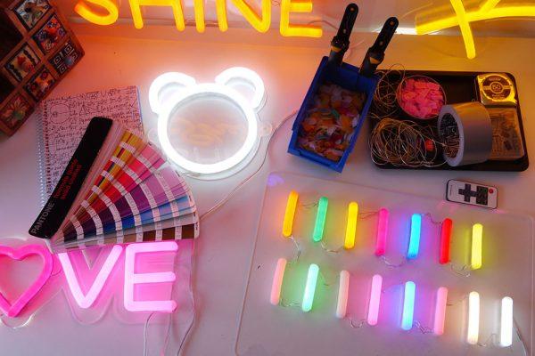 Foto taller neones pantone